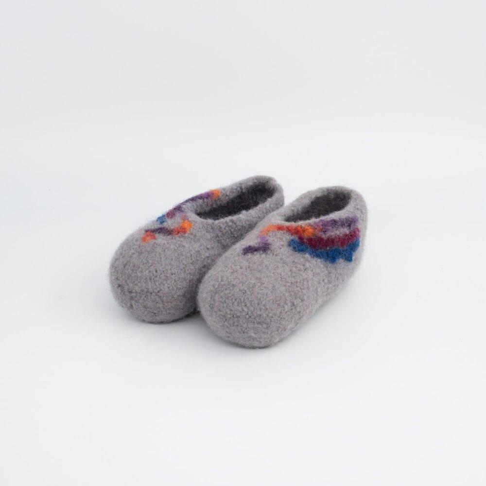 Sivi otroški pleteni filcani copati z vzorcem